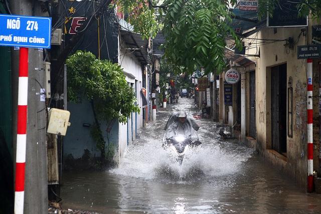 Người Hà Nội bì bõm trong ngõ ngập sâu vì mưa bão - 6