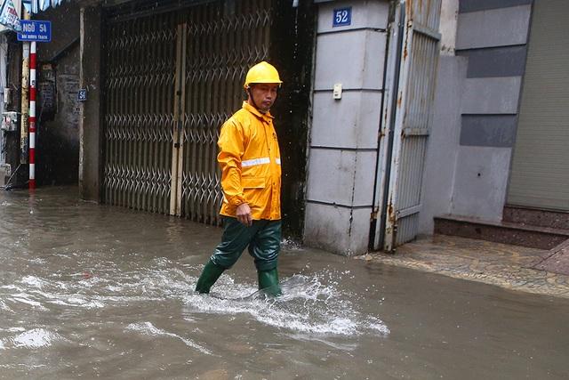 Người Hà Nội bì bõm trong ngõ ngập sâu vì mưa bão - 7