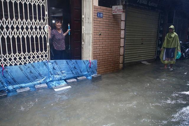 Người Hà Nội bì bõm trong ngõ ngập sâu vì mưa bão - 9
