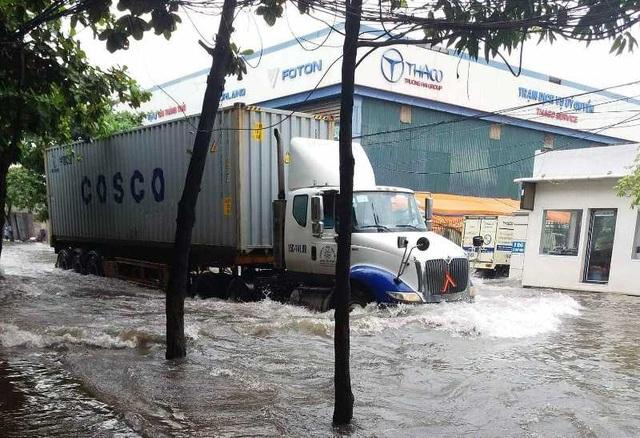 Sau bão, nhiều tuyến đường Thái Bình chìm trong nước - 1