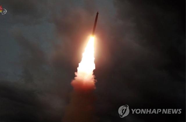 Ông Kim Jong-un đích thân thị sát Triều Tiên thử bệ phóng đa tên lửa lần 2 - 1