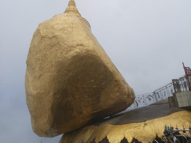 Bí ẩn ngôi chùa thiêng trên tảng đá dát vàng phá vỡ mọi nguyên tắc trọng lực ở Myanmar - 3
