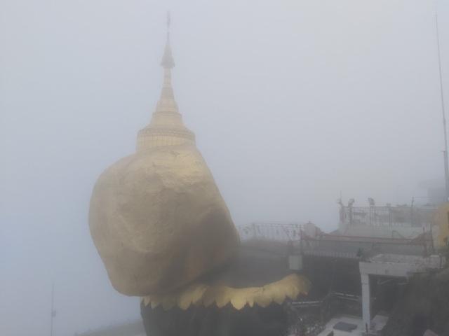 Bí ẩn ngôi chùa thiêng trên tảng đá dát vàng phá vỡ mọi nguyên tắc trọng lực ở Myanmar - 1