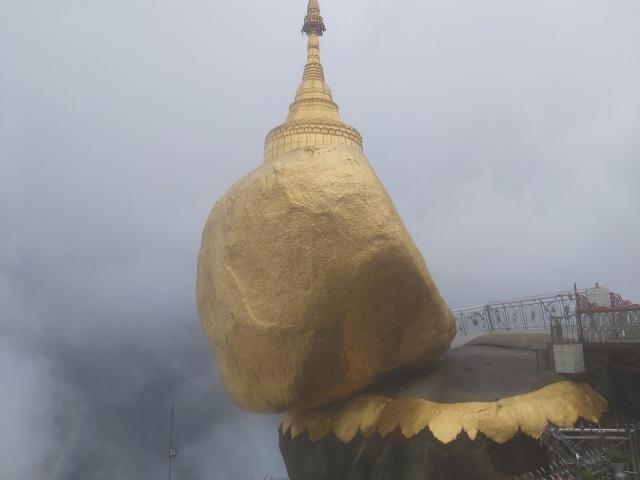 Bí ẩn ngôi chùa thiêng trên tảng đá dát vàng phá vỡ mọi nguyên tắc trọng lực ở Myanmar - 2