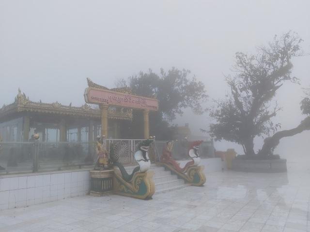 Bí ẩn ngôi chùa thiêng trên tảng đá dát vàng phá vỡ mọi nguyên tắc trọng lực ở Myanmar - 6