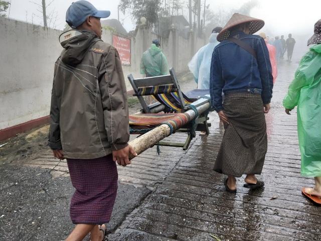 Bí ẩn ngôi chùa thiêng trên tảng đá dát vàng phá vỡ mọi nguyên tắc trọng lực ở Myanmar - 7
