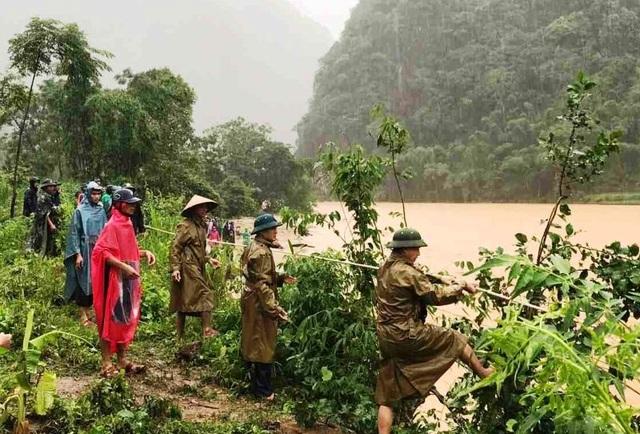 Giải cứu người đàn ông mắc kẹt trên ngọn cây, giữa dòng nước lũ - 6