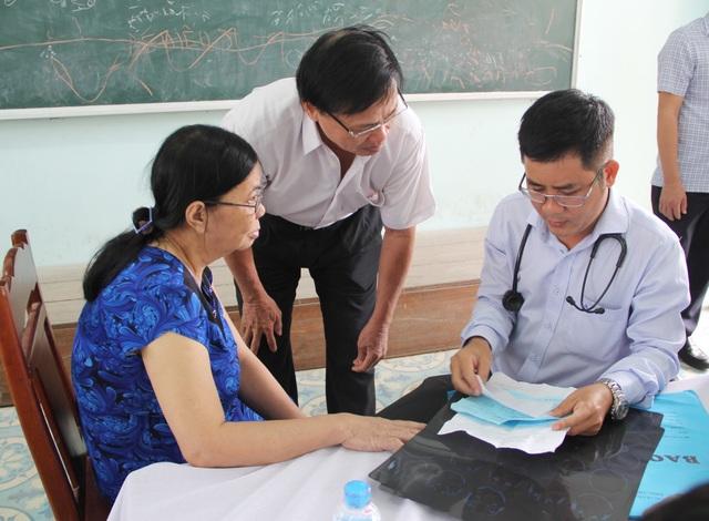80 y, bác sĩ khám bệnh miễn phí để tri ân mái trường, quê hương Phú Yên - 5