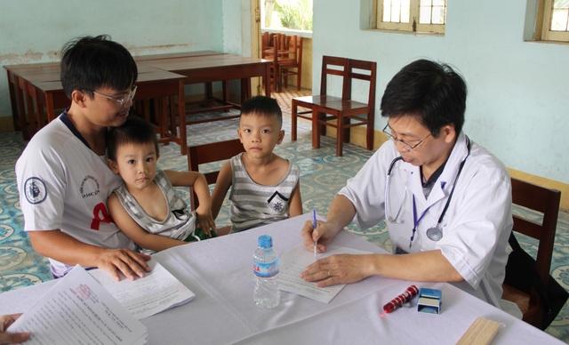 80 y, bác sĩ khám bệnh miễn phí để tri ân mái trường, quê hương Phú Yên - 3