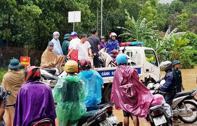 CSGT dùng xe chuyên dụng giúp dân qua đoạn đường ngập sâu - 5