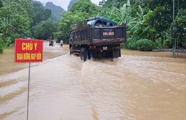 CSGT dùng xe chuyên dụng giúp dân qua đoạn đường ngập sâu - 1