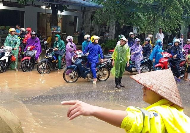 CSGT dùng xe chuyên dụng giúp dân qua đoạn đường ngập sâu - 3