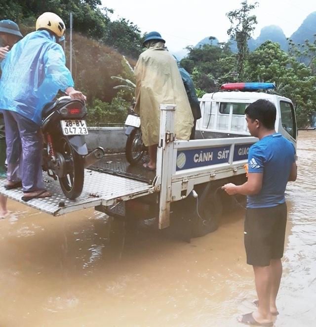CSGT dùng xe chuyên dụng giúp dân qua đoạn đường ngập sâu - 4
