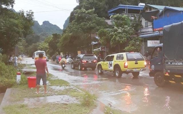 CSGT dùng xe chuyên dụng giúp dân qua đoạn đường ngập sâu - 2