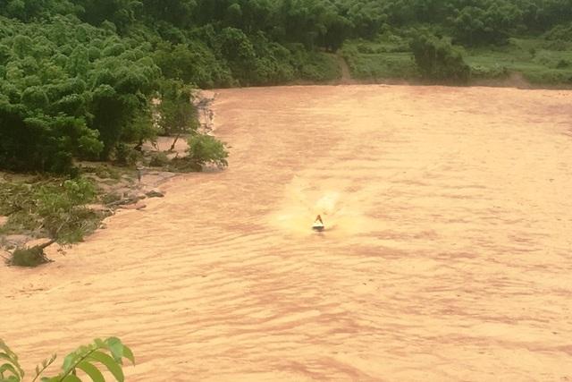 """Huy động lực lượng """"khổng lồ"""" tìm kiếm 12 người mất tích do mưa lũ - 2"""