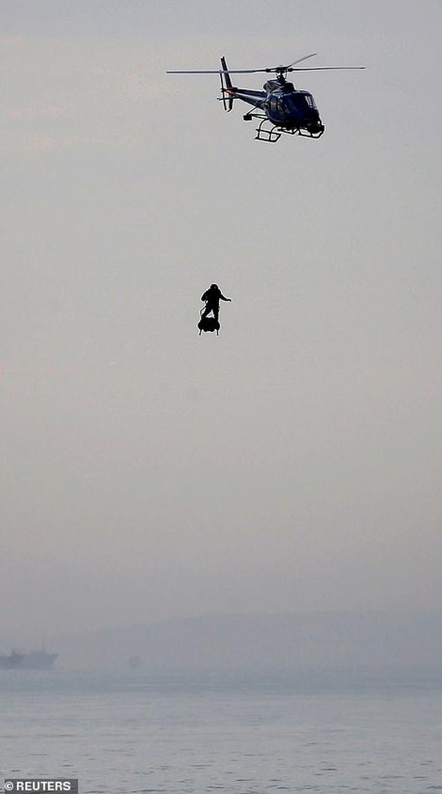 """""""Người bay"""" Pháp lập kỷ lục vượt eo biển Anh thành công - 3"""