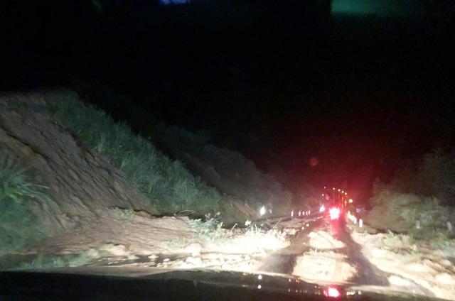 Quốc lộ 6 qua Sơn La bị sạt lở, giao thông tê liệt nhiều giờ - 1