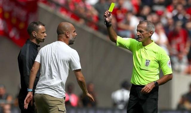 Pep Guardiola trở thành HLV đầu tiên nhận thẻ vàng ở Premier League - 1