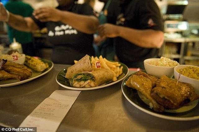 Chuỗi nhà hàng đãi học sinh bữa ăn miễn phí trong ngày nhận kết quả thi - 1
