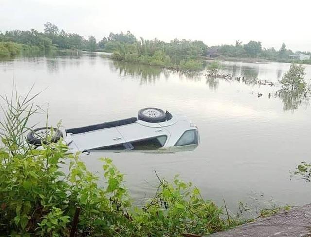 Ô tô chìm dưới vuông tôm, tài xế chết ngạt trong xe - 1