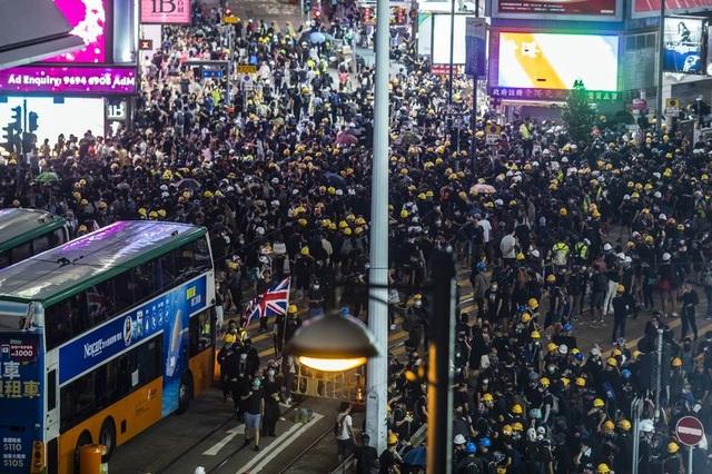 Đình công quy mô lớn tại Hong Kong, 200 chuyến bay bị hủy - 1