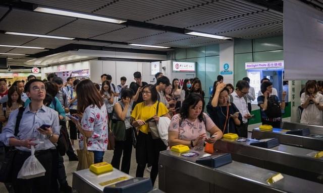 Đình công quy mô lớn tại Hong Kong, 200 chuyến bay bị hủy - 3