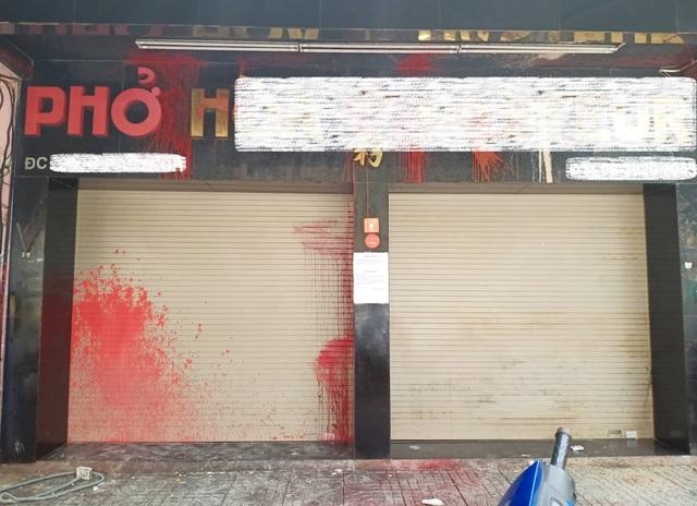 Vụ quán phở bị tạt sơn: Con rể chủ quán nợ đến 3,3 tỉ đồng - 1