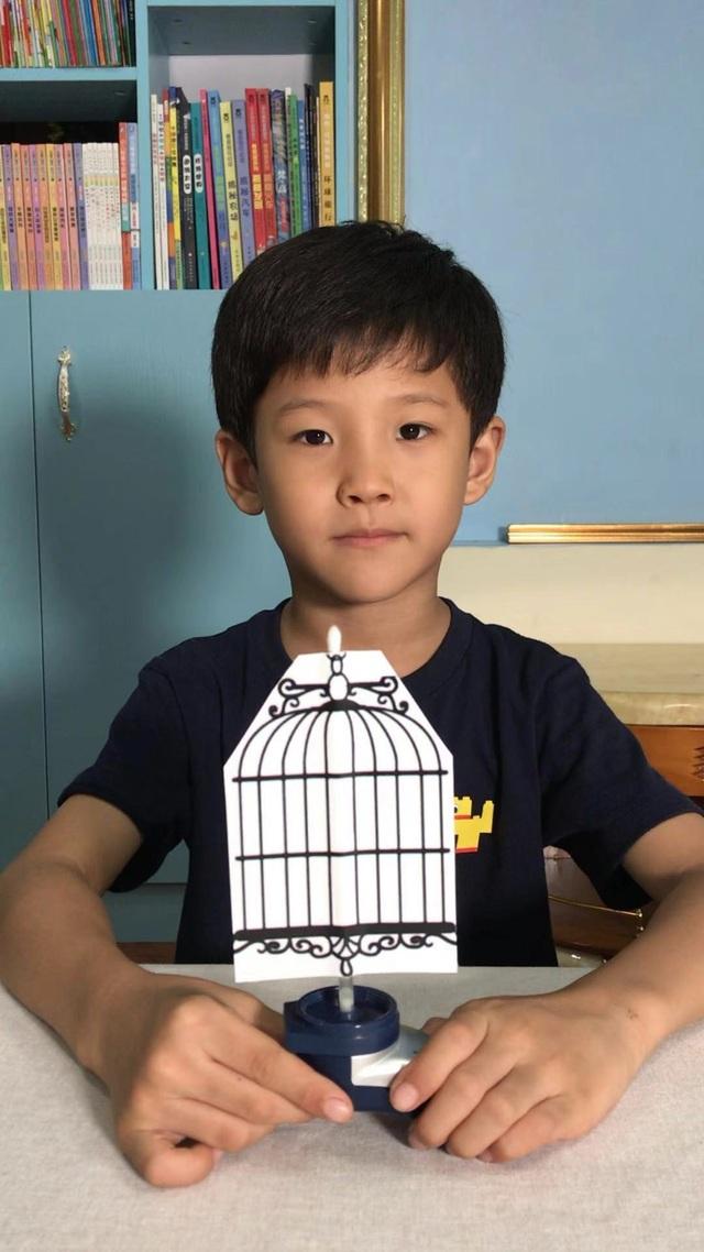 Cậu bé 7 tuổi nổi tiếng nhờ làm hơn 100 video thí nghiệm khoa học - 1