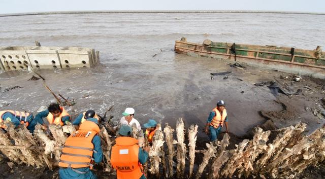 Cà Mau hối hả cứu đê biển khi nước biển Tây dâng cao - 1