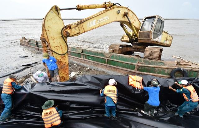 Cà Mau hối hả cứu đê biển khi nước biển Tây dâng cao - 3