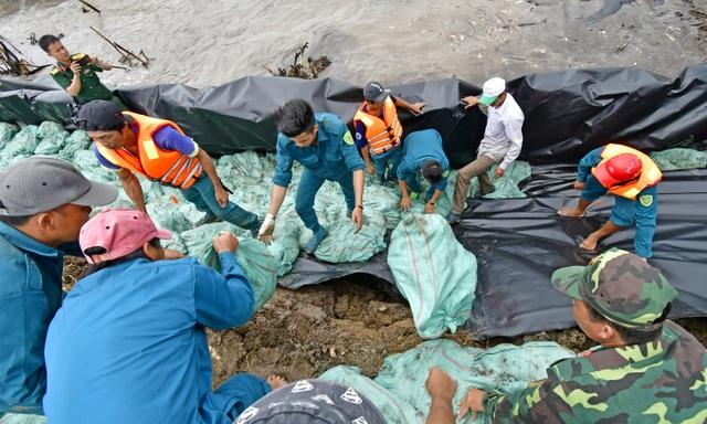 Cà Mau hối hả cứu đê biển khi nước biển Tây dâng cao - 2