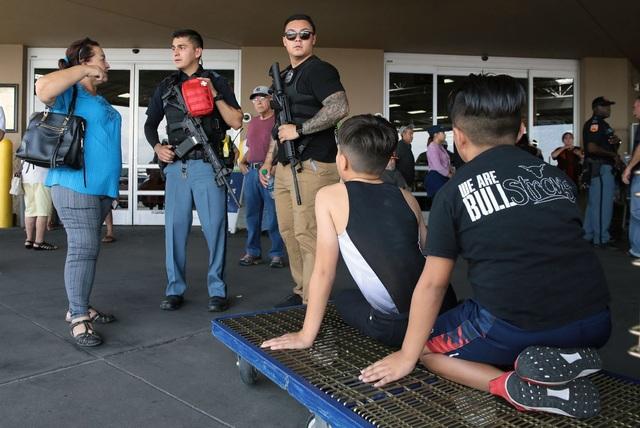"""29 người chết trong 2 vụ xả súng: Cuối tuần """"đẫm máu"""" của nước Mỹ - 7"""