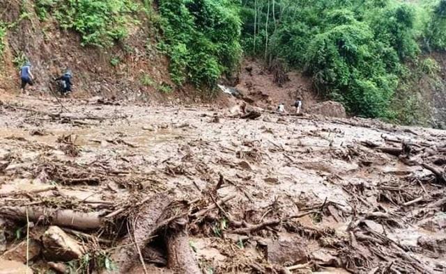 Cận cảnh huyện Mường Lát ngập ngụa trong bùn lũ, bị cô lập vì sạt lở - 2