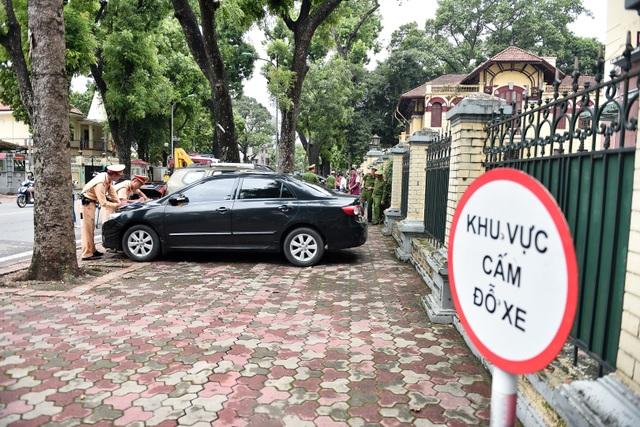 Cảnh sát xử lý hàng loạt ô tô dừng đỗ trái phép ở trung tâm Hà Nội - 2