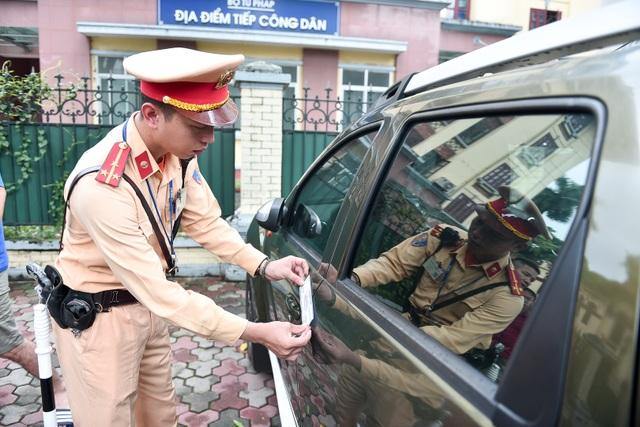 Cảnh sát xử lý hàng loạt ô tô dừng đỗ trái phép ở trung tâm Hà Nội - 8