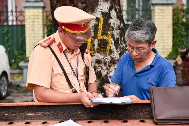 Cảnh sát xử lý hàng loạt ô tô dừng đỗ trái phép ở trung tâm Hà Nội - 5