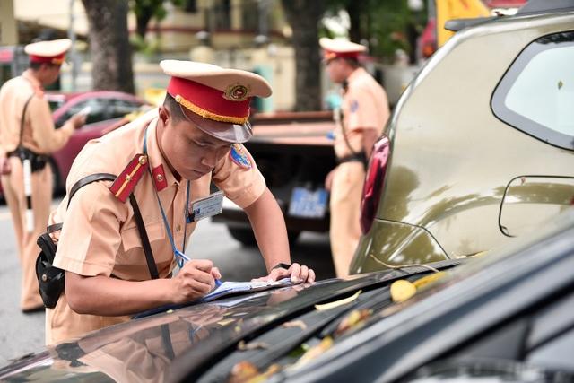 Cảnh sát xử lý hàng loạt ô tô dừng đỗ trái phép ở trung tâm Hà Nội - 4