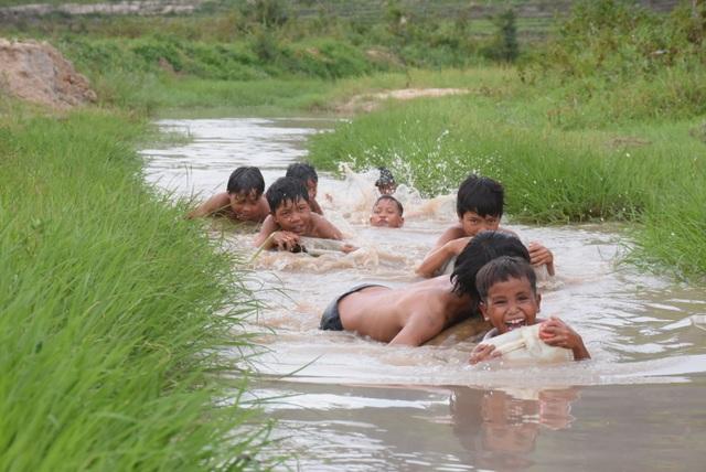 """3 thanh niên """"ngăn suối"""" mở lớp dạy bơi """"dã chiến"""" cho trẻ em làng - 1"""