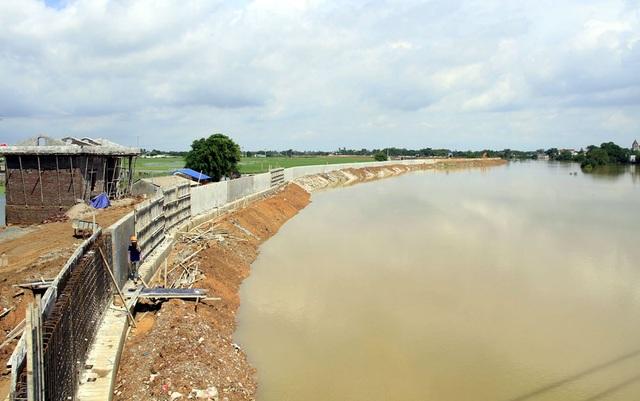 Hà Nội gấp rút hoàn thiện đê bê tông ngăn lũ sông Bùi đe dọa nội thành - 1