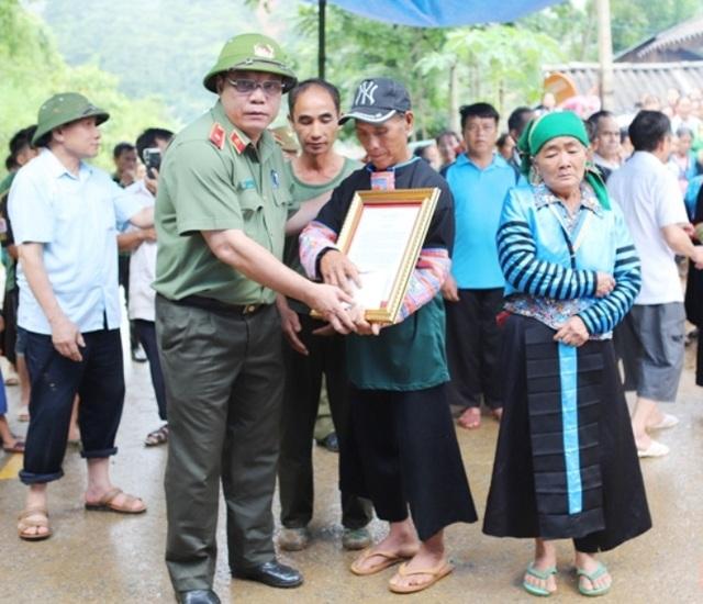 Truy tặng huy hiệu, bằng khen cho Trưởng Công an xã hy sinh khi chống lũ - 3
