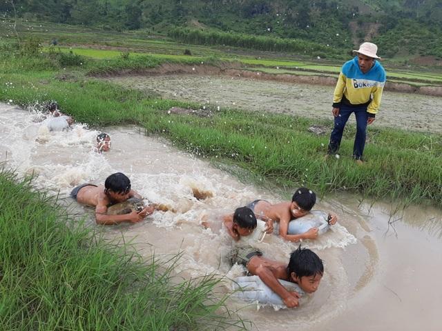 """3 thanh niên """"ngăn suối"""" mở lớp dạy bơi """"dã chiến"""" cho trẻ em làng - 2"""