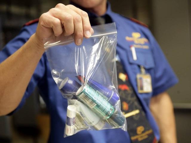 Tại sao du khách không được mang quá 100 ml chất lỏng lên máy bay? - 1