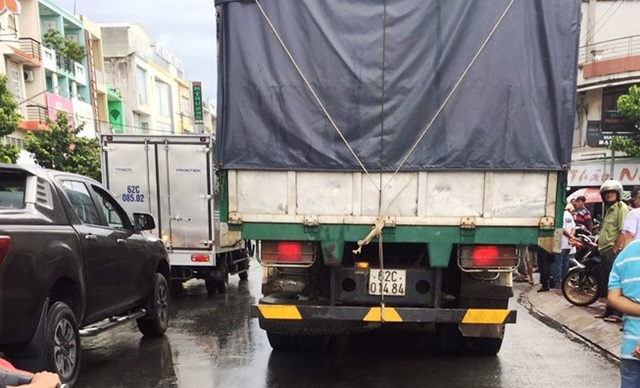 Xe chở hàng lậu tông thẳng vào 3 cán bộ quản lý thị trường - 1