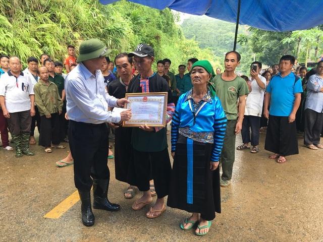 Truy tặng huy hiệu, bằng khen cho Trưởng Công an xã hy sinh khi chống lũ - 2
