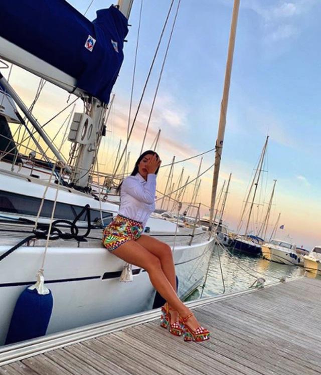 Bạn gái C.Ronaldo tạo dáng gợi cảm, khoe đường cong quyến rũ - 6