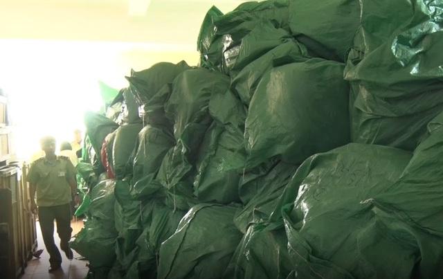 Quảng Bình: Bắt xe tải chở hơn 16 tấn hàng nước ngoài cấm nhập khẩu - 1