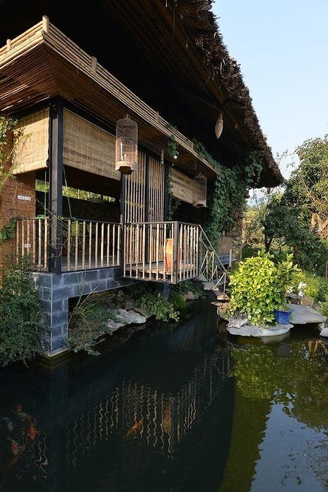 Căn nhà gỗ ở Hòa Bình dốc 30 độ duyên dáng bên hồ mê hoặc báo Tây - 2