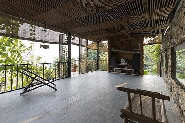 Căn nhà gỗ ở Hòa Bình dốc 30 độ duyên dáng bên hồ mê hoặc báo Tây - 3