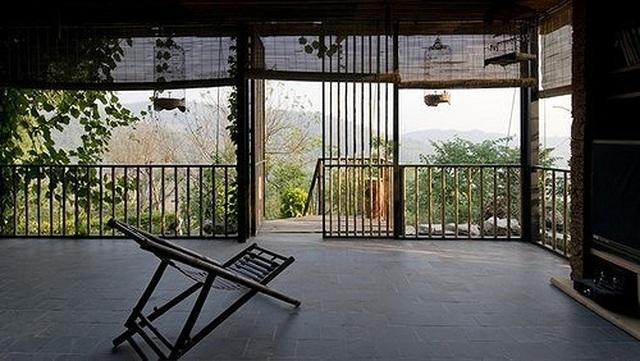 Căn nhà gỗ ở Hòa Bình dốc 30 độ duyên dáng bên hồ mê hoặc báo Tây - 4
