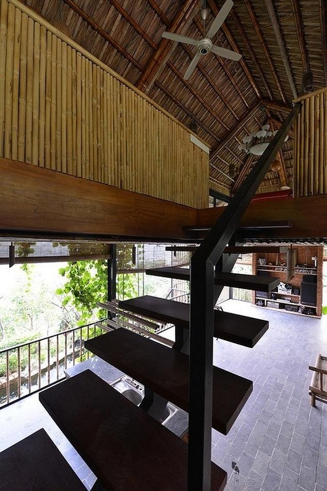 Căn nhà gỗ ở Hòa Bình dốc 30 độ duyên dáng bên hồ mê hoặc báo Tây - 7